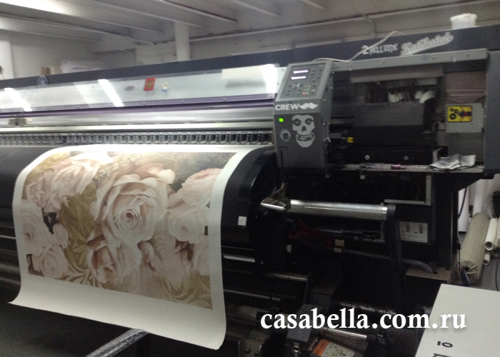 Фресочный плоттер печатает цветочный узор